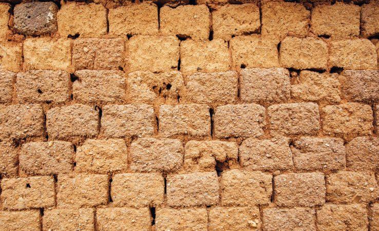 Briques de terre crue (Canva)